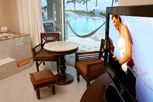 Royal Junior Suite Swim-Up Beachfront